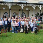 Groepsfoto met de leden van de Engelse Mercedesclub