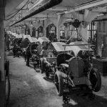 Chassis-Montage bei der Daimler-Motoren-Gesellschaft in Untertürkheim, um 1921.